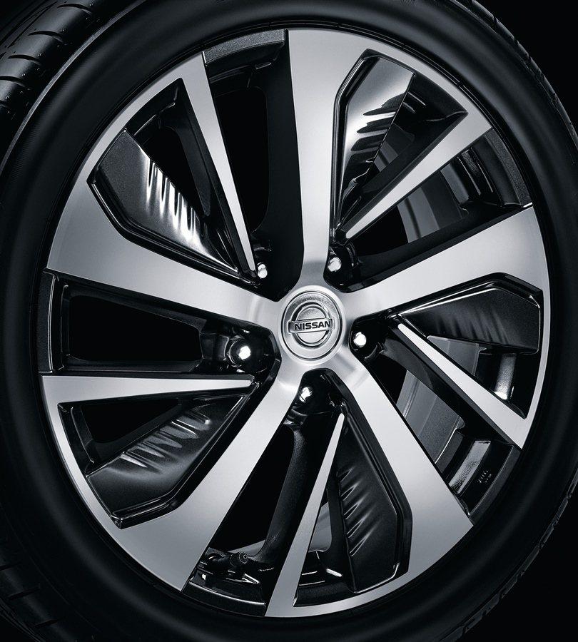 SENTRA aero配全新17吋灰銀雙色鋁圈。