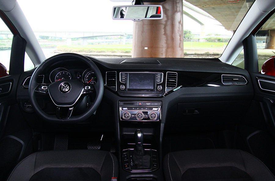 駕駛或副駕需要控制的旋鈕與按鍵也都舉手就可碰觸到並非常容易操作。 記者敖啟恩/攝...
