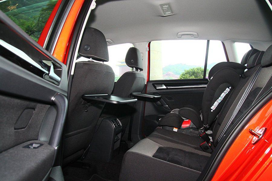 後座空間可算是 VW Sportsvan的一大亮點,乘客的頭部與腿部空間都非常寬...