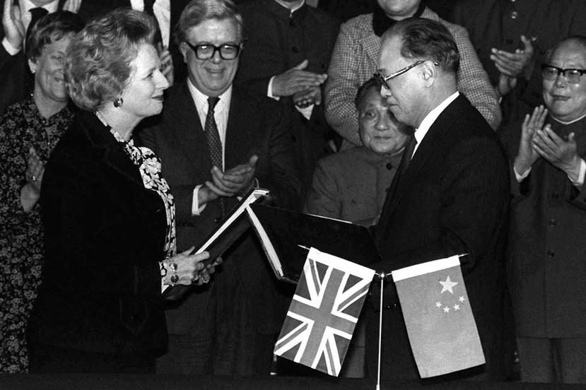 1984年,柴契爾夫人(左)與中共時任國務院總理趙紫陽(右)磋商香港回歸事宜。但...