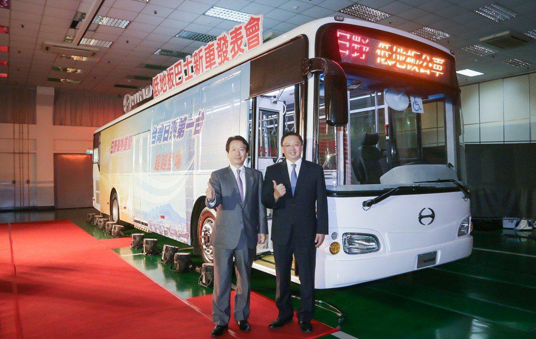 和泰汽車引進日野海外首發低地板巴士,總經理蘇純興(右)與日野車輛總工程師大竹孝宏...