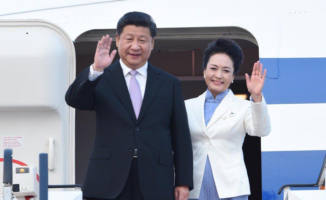 習近平抵達新加坡開始對新加坡進行國事訪問。 新華社