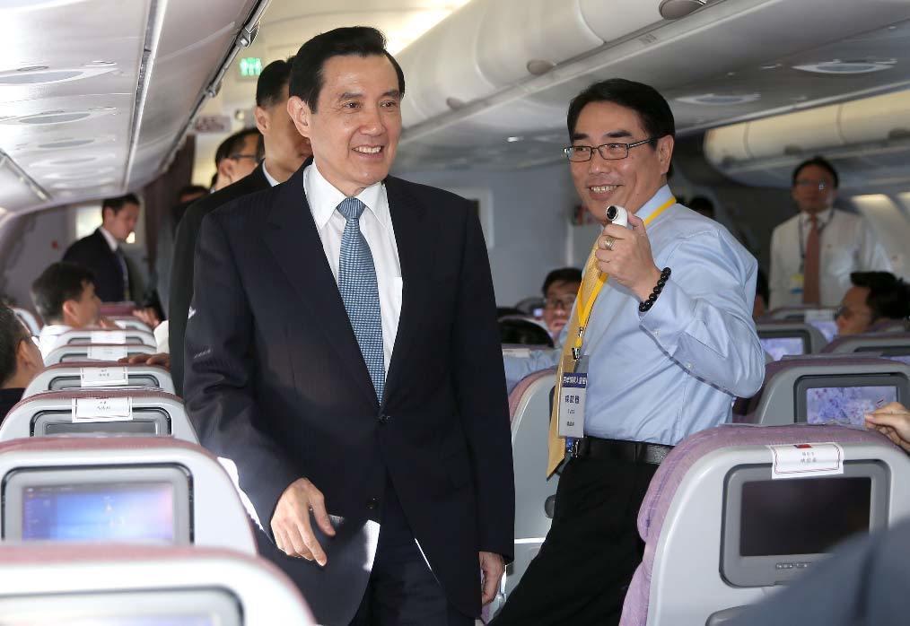 馬英九總統清晨搭乘專機前往新加坡出席「馬習會」,在專機上特別向媒體記者致意,神情...