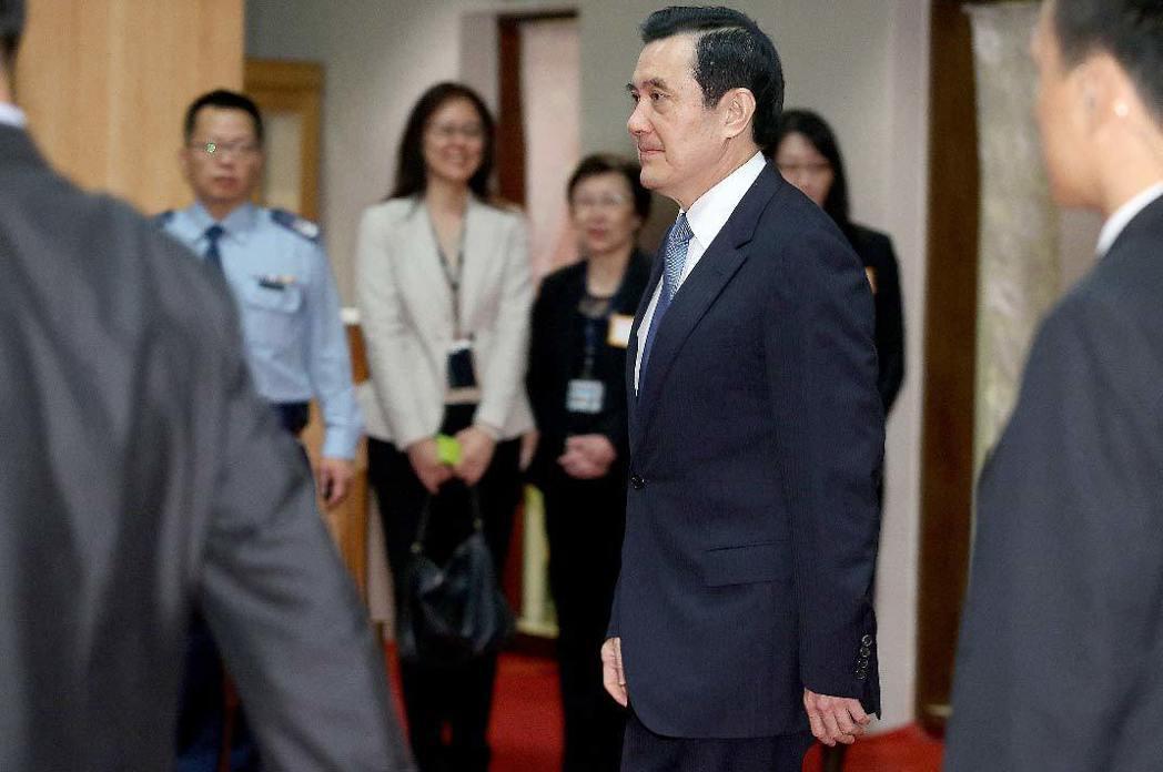 馬習會在新加坡登場,馬英九總統(中)昨天上午六時自松山機場搭乘華航專機出發,行前...