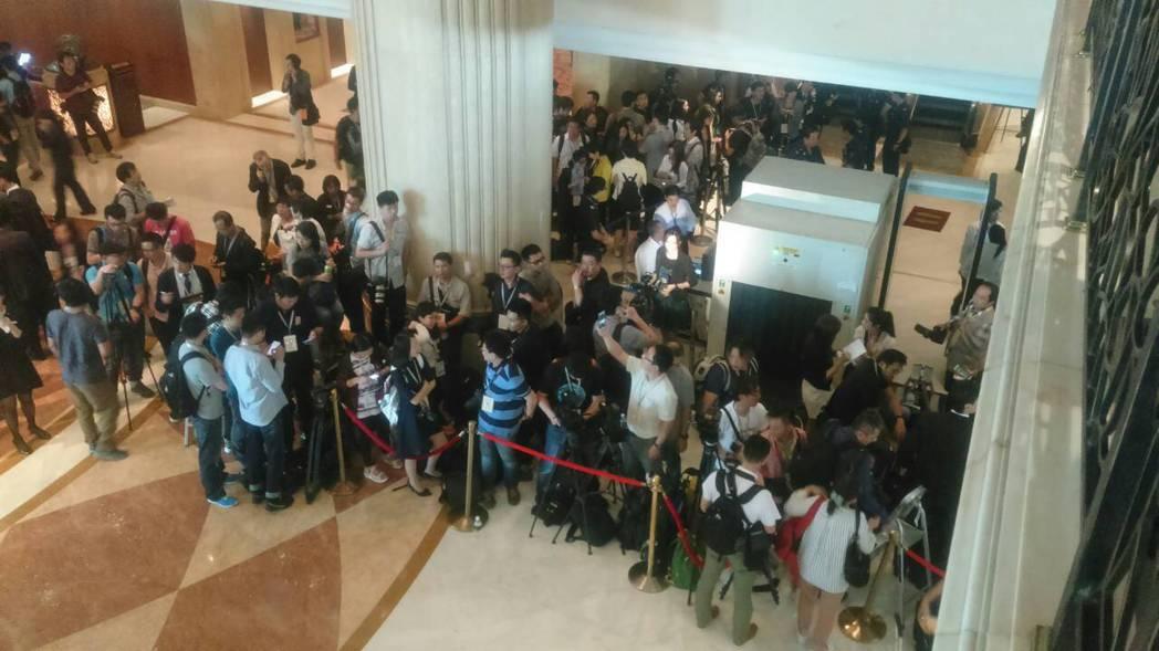 星方臨時要求重換新採訪證,媒體跳腳,亂成一團。記者陳志平/攝影