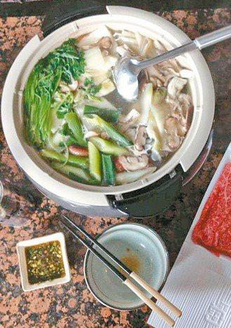 郭泰源煮菜和投球一樣,信手拈來的材料,都能弄出美食。 圖/郭泰源提供