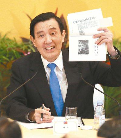 「馬習會」後,馬英九總統舉行記者會,他出示1992年聯合報剪報,標題就是「『一個...