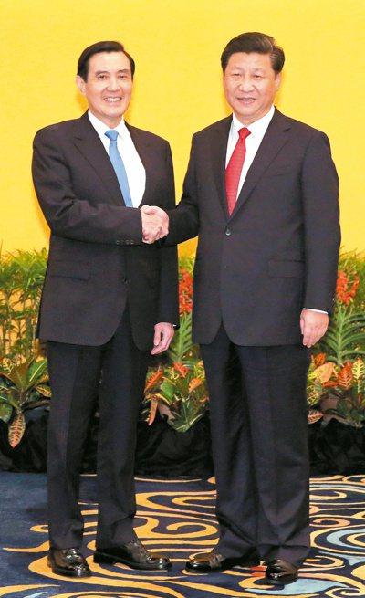隔海分治六十六年,馬英九總統(左)與大陸國家主席習近平(右)昨天首次在新加坡會面...