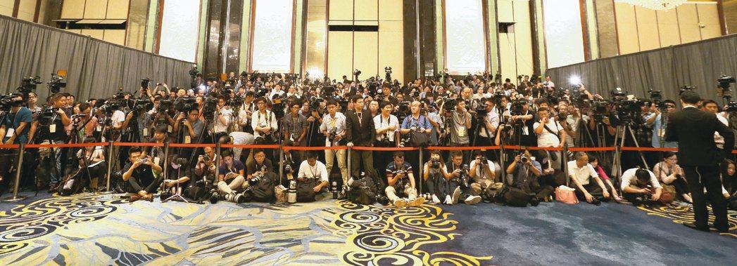 世界矚目的「馬習會」昨天在新加坡舉行,來自全世界數百名媒體記者前來採訪,見證歷史...