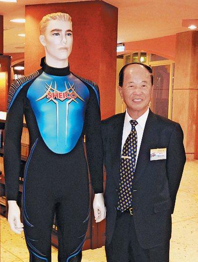 薛長興董事長薛丕拱(右)與公司生產的潛水衣產品。 報系資料照