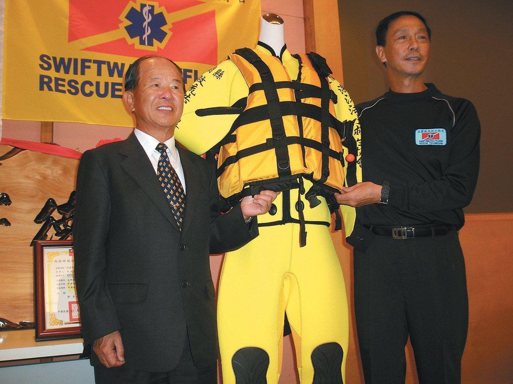 薛長興董事長薛丕拱(左)捐贈頂級救生衣給宜蘭縣激流救生協會。 報系資料照