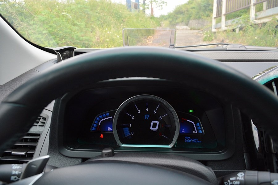 儀表板上方還有抬頭顯示器,顯示各項行車資訊,開起車來更輕鬆而比較沒有壓力。