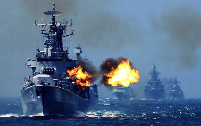 解放軍海軍052型飛彈驅逐艦「哈爾濱號」的實彈操演。圖/美聯社