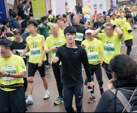 JR參加上海國際馬拉松的21K半馬比賽,跑出1小時39分的好成績,不過經紀公司發稿時提到成績超越修杰楷之前保持的1小時50分,讓修杰楷不爽自己被消費,JR經紀公司連忙出面道歉,而JR也在臉書上PO文...