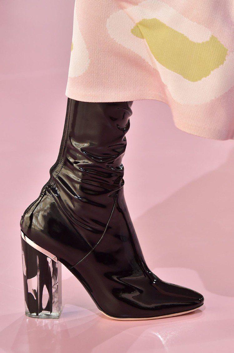 光澤感的漆皮靴,不管是踝靴或是過膝靴,這種比較高調的材質是2015秋冬最受設計師...