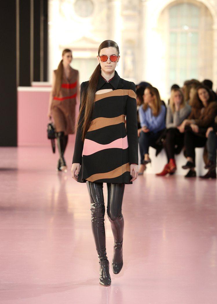 今年秋冬貼腿靴就是如此火紅,各種亮色款也廣受歡迎。圖/Dior提供