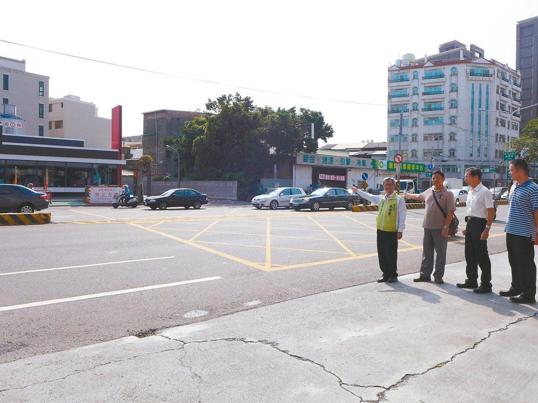 議員林世賢(左一)昨天會同消防局與彰化工務段會勘,研議在消防局分隔島缺口設置柵欄...