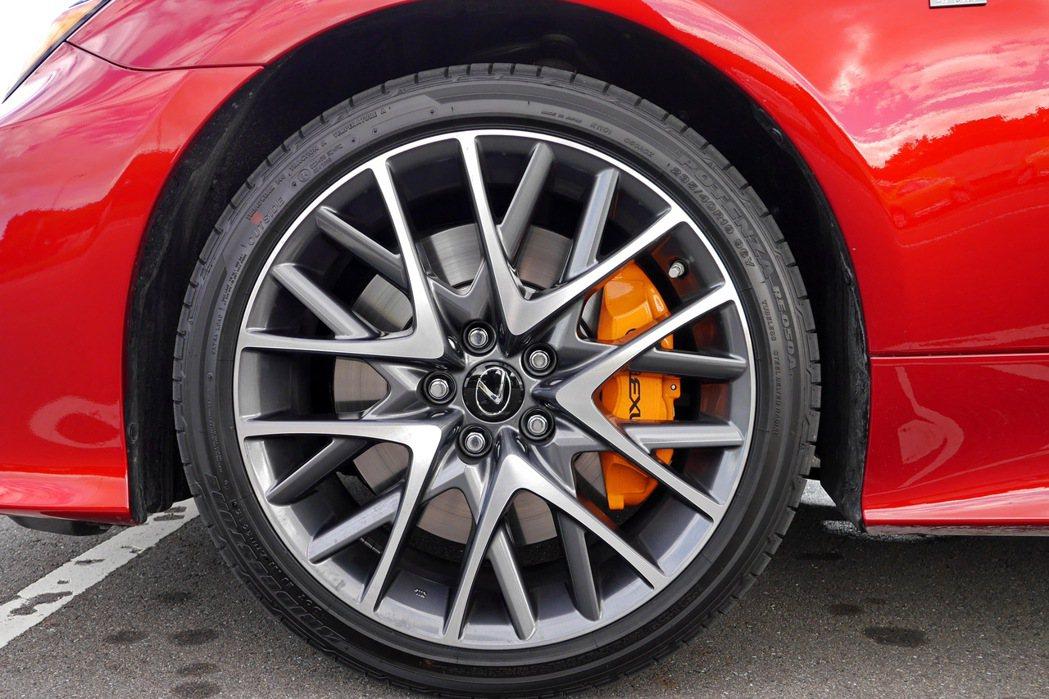 F Sport車型則標配19吋胎圈組,並配備橘色烤漆的煞車卡鉗。 記者陳威任/攝...