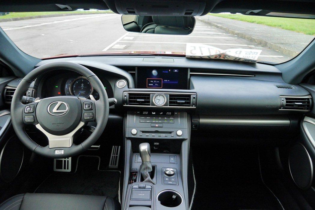 內裝延續RC車系以駕乘者需求為中心的特色,兼具戰鬥感及科技感。 記者陳威任/攝影
