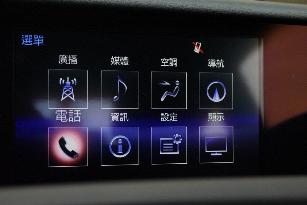 七吋顯示螢幕整合了空調、音響、導航及藍牙連線等資訊項目。 記者陳威任/攝影
