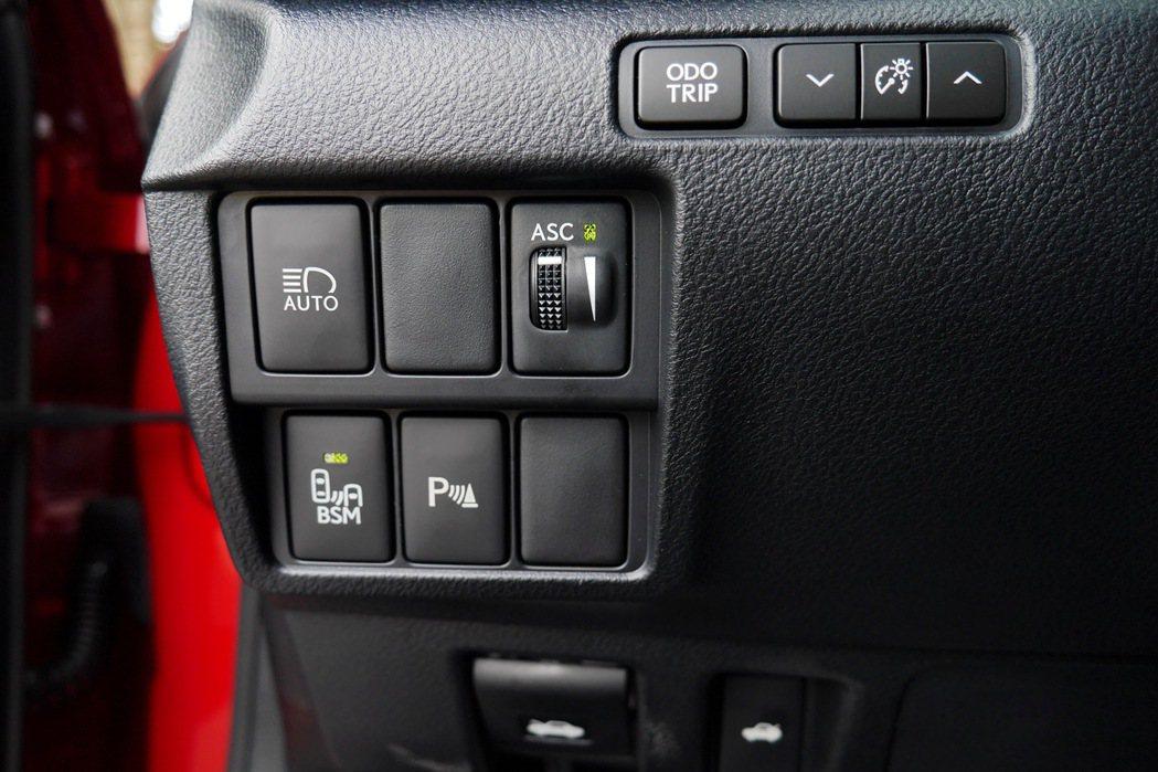 駕駛座左下方有引擎聲浪響鳴器調整旋鈕及BSM盲點偵測系統開關等按鍵。 記者陳威任...