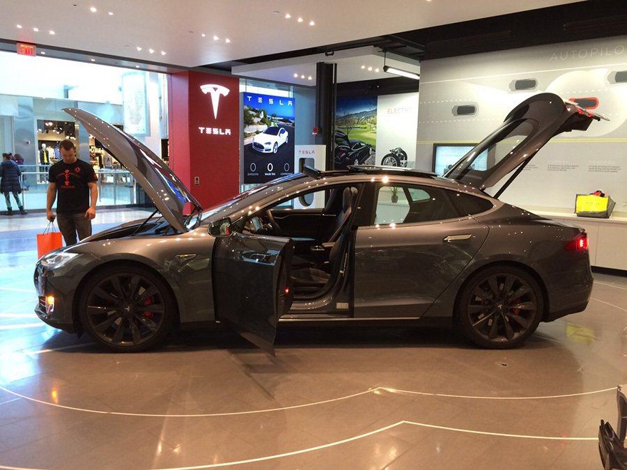少了傳統燃油引擎,Tesla Model S車體前後都是行李箱。 記者敖啟恩/攝...