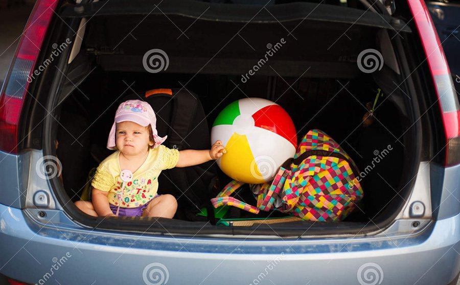 舉報者看見一位孩童竟被放在行進中車輛的行李箱時,心裡一定感到非常不可思議。 摘自...