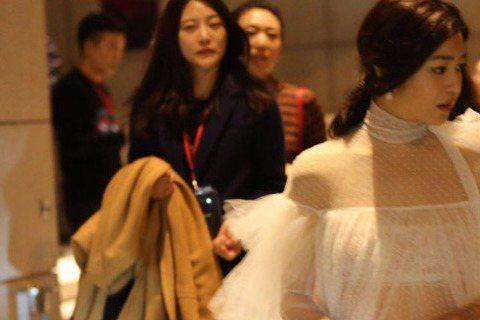 陳妍希日在在上海出席活動,她一身白色薄紗小禮服,看似優雅高貴,不過當強光一照射女神若隱若現的內在美,低胸、小蠻腰全都露啦!