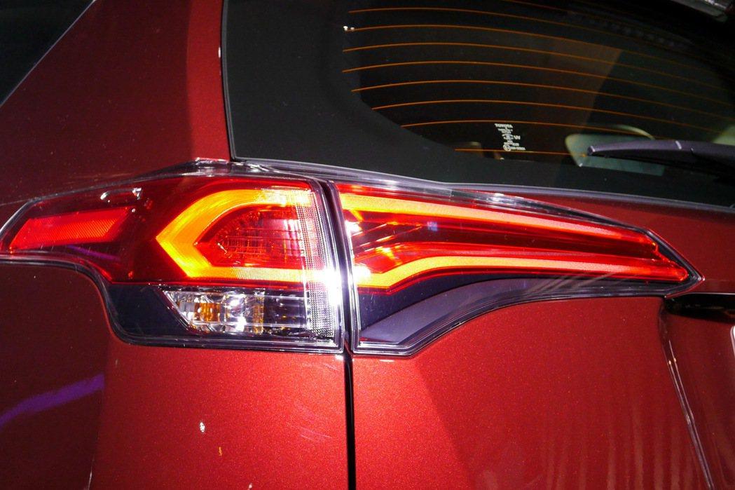 全車系標配的光條式LED尾燈設計具備科技感。 記者陳威任/攝影