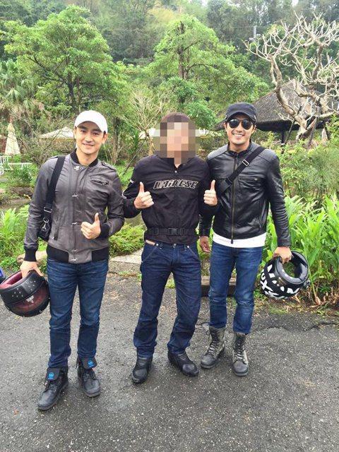 有網友在臉書貼出與賀軍翔、林佑威的合照,原來是一群重機愛好者騎車出遊,結果賀軍翔、林佑威也在車隊中,照片一PO出,網友紛紛大讚帥氣,果然是男神啊!