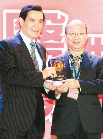 恆春旅遊醫院耳鼻喉科醫師郭仁雄(右)獲馬英九總統頒獎。 記者屠惠剛/攝影
