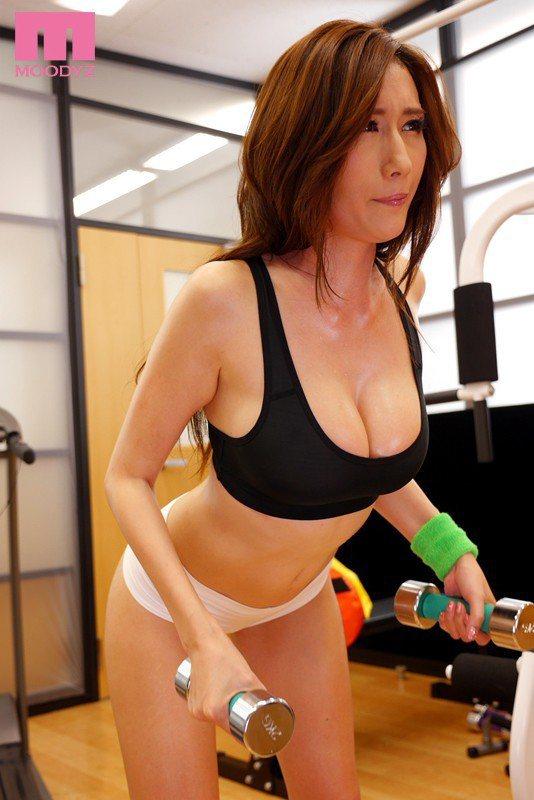健身只是熱身Julia其實是在打獵找男人。 圖片來源/ DMM
