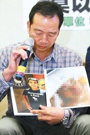金門服役的下士陳東逸死亡案,拿著死者照片的陳爸爸悲痛地要求軍、檢詳查,別先入為主...