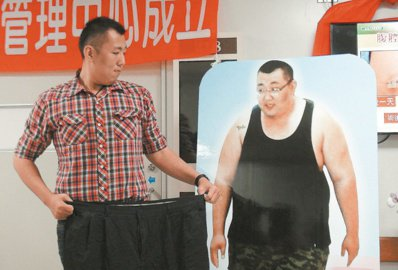 30歲男子戴嘉宏身高198公分,兩年前體重高達198.5公斤,接受「胃縮小」減重...