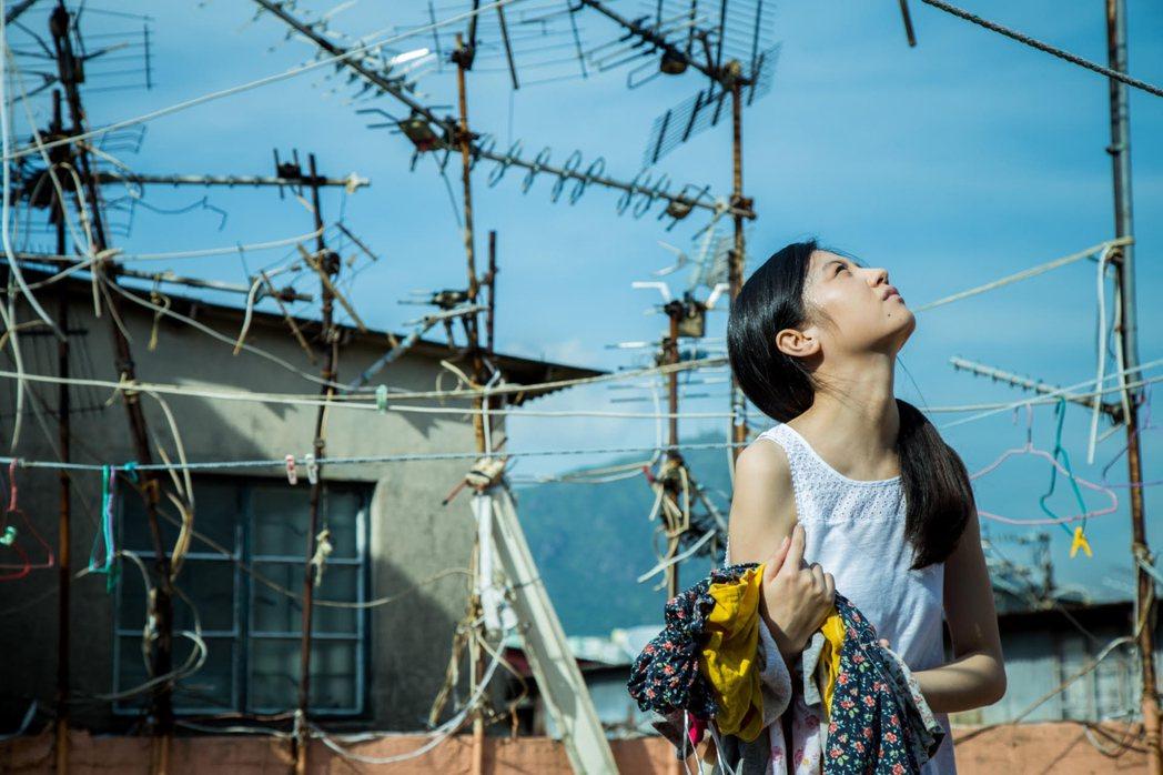 「踏血尋梅」裡的少女佳梅喜歡一個人在屋頂聽歌學廣東話。圖/傳影互動提供