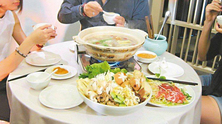 火鍋湯頭、醬料含鈉量高,吃多了容易使血壓升高。 記者吳佳珍/攝影