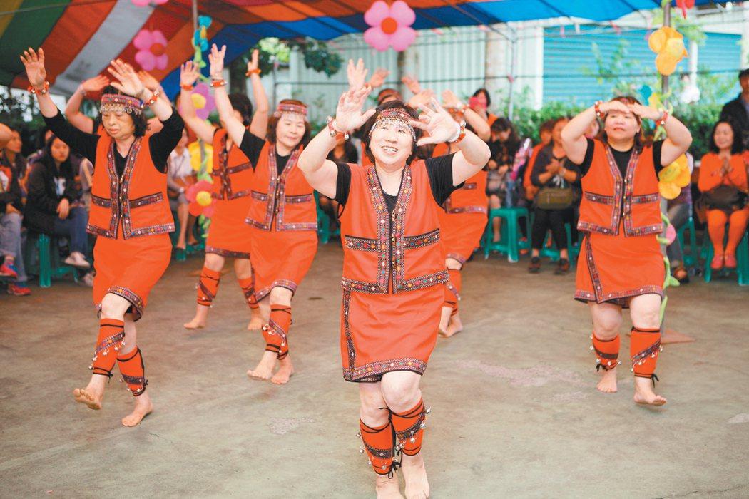 老來寶健康促進家園壯圍順和站今年5月成立,社區志工快樂的跳舞。 圖/宜蘭縣政府提...