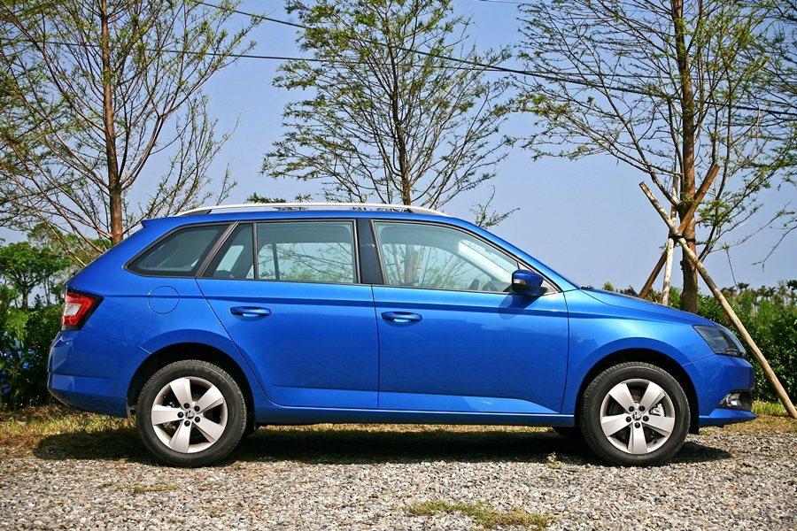車側前葉子板上方橫亙 到尾燈的立腰線讓車身起來更具動感。