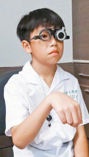 近幾年兒童視力惡化年齡層下降,眼科醫師呼籲應對幼兒及學童視力篩檢更嚴格把關,才不...