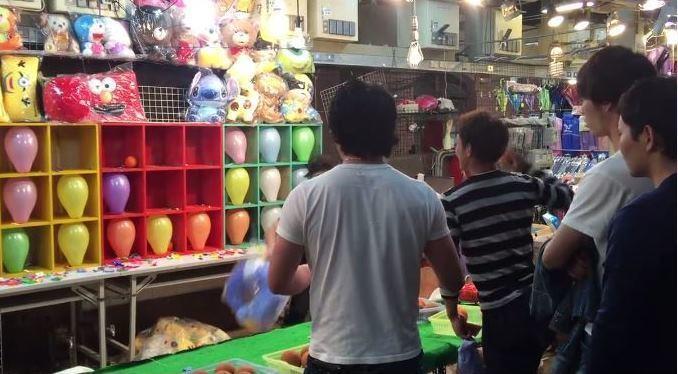 日本隊成員挑戰夜市棒球九宮格。圖/截自「野球部品專門店」臉書