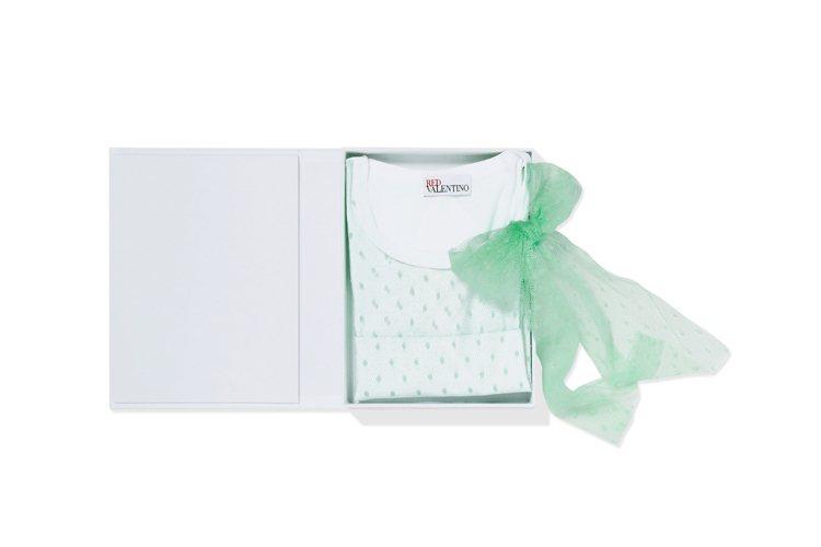包裝印有品牌代表性的 REDValentino 標誌,像是精緻的書盒,讓人拆禮物...