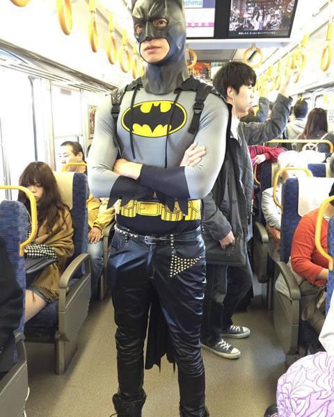 辰亦儒日前在臉書貼出一張他穿著蝙蝠俠造型的衣服,臉上還戴著面罩,搭乘日本電車,並留言寫道:「誰把我的蝙蝠車偷走了,我只好先坐電車,等等我!」網友們紛紛笑稱萬聖節已經過了!也有網友疑惑為什麼旁邊的人都...