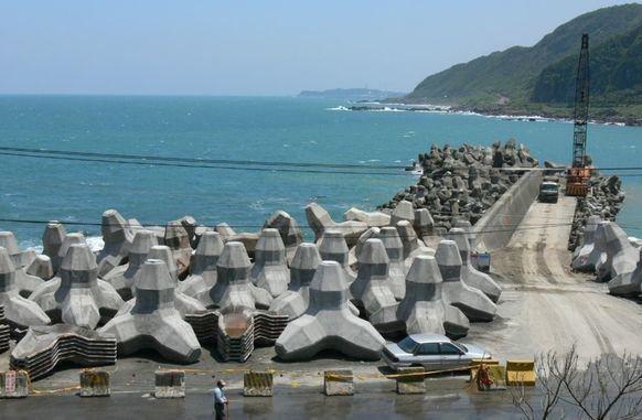 在台灣的海岸線,處處可見水泥材質的消波塊/聯合報系資料照