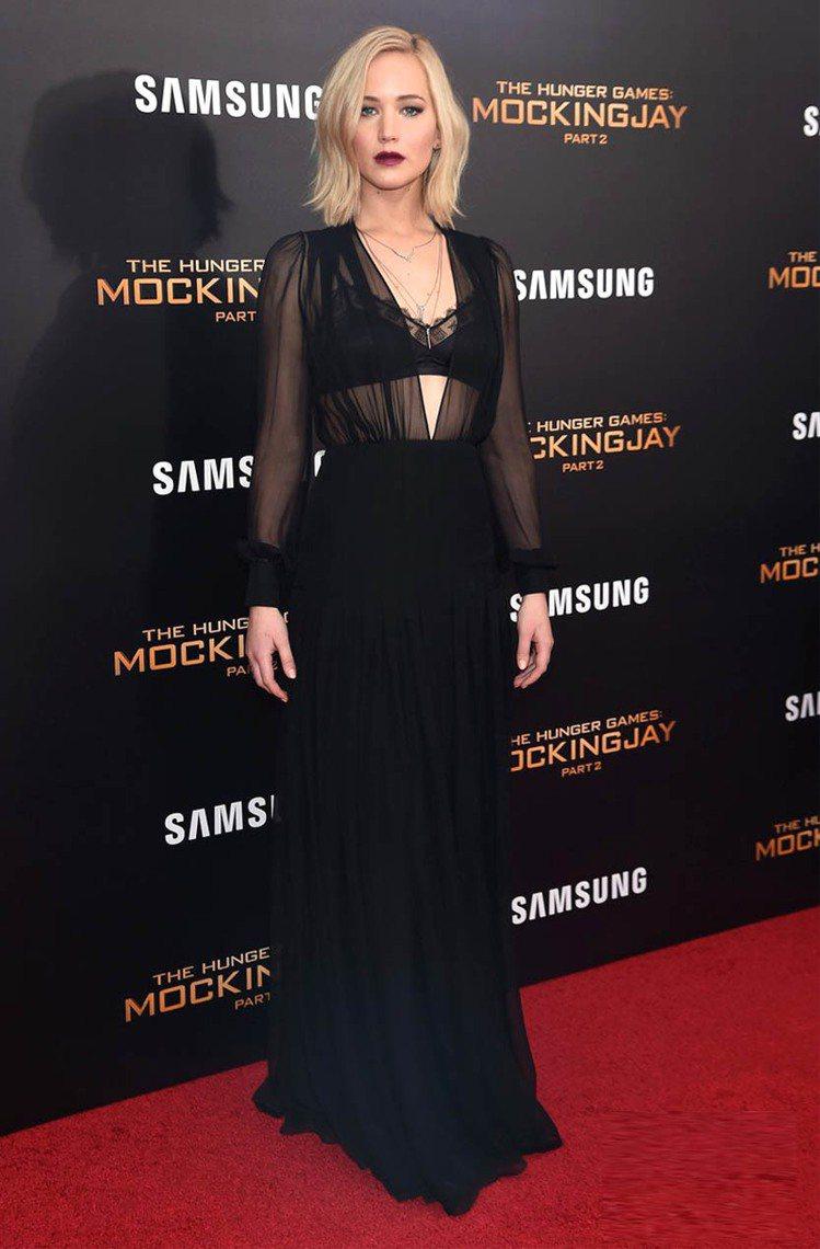 珍妮佛勞倫斯 Schiaparelli 黑色薄紗禮服搭配黑色蕾絲內衣,大膽火辣的...