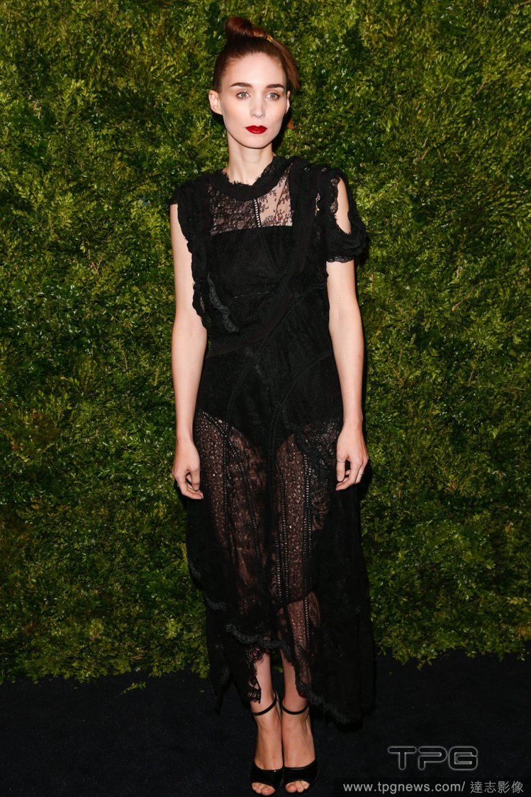魯妮瑪拉穿 Givenchy 2016春夏黑色蕾絲洋裝。圖/達志影像
