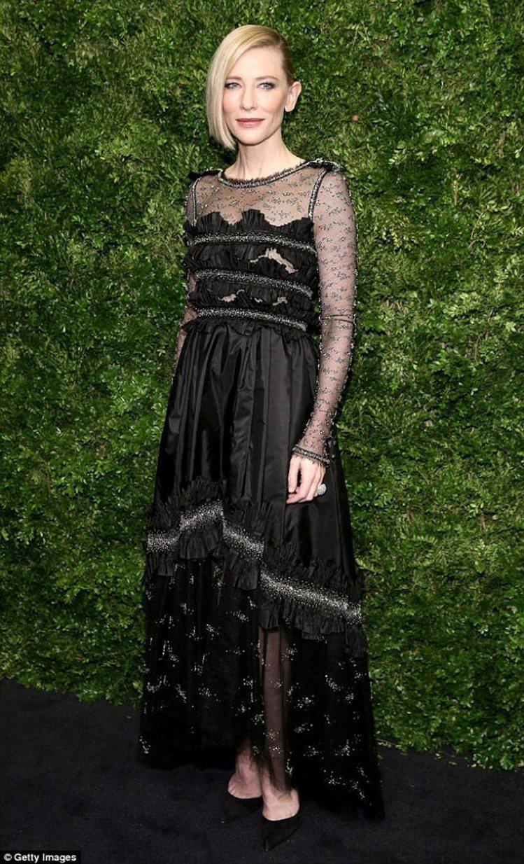 凱特布蘭琪穿CHANEL高級訂製服出席慈善晚宴。圖/擷取自fashionsizz...
