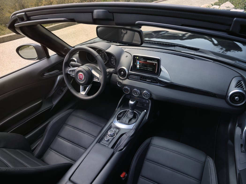 內裝部分,Fiat 124 Spider大抵沿用了Mazda MX-5的中控台格...
