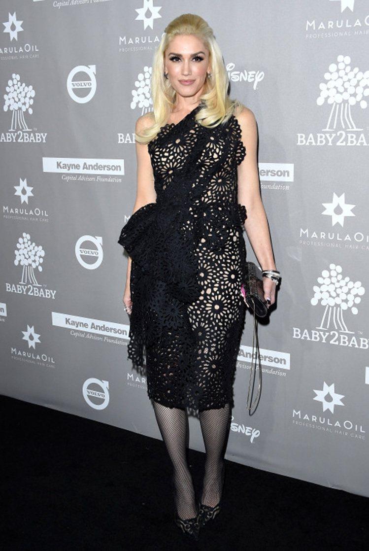 關史蒂芬妮的黑色鏤空洋裝,以大形蕾絲蝴蝶結裝飾,看起來有點誇張卻也不失隆重感。圖...