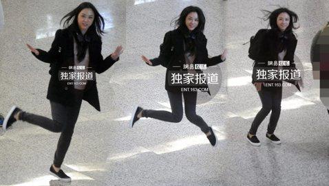 許多大明星在現實生活中總是非常低調,甚至還會時不時地觀看四周確認是否有媒體跟拍。不過,大陸女星湯唯卻反而露出真性情做!今(19日)大陸網站《網易》直擊她現身北京機場,發現有記者媒體跟拍的她,還開心地...