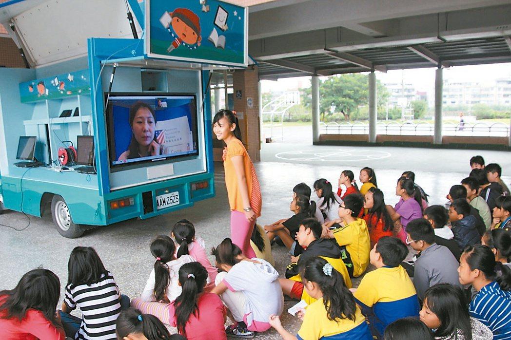 美國在台協會文化新聞組專員王惠華透過「希望閱讀數位書車」的網路視訊,與堵南國小學...